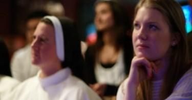 Mujer en la iglesia