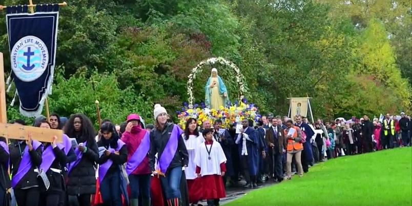 Procesion-de-Nuestra-Señora-de-la-Reconciliacion-en-Manchester-Familia-Sodalite-Noticias