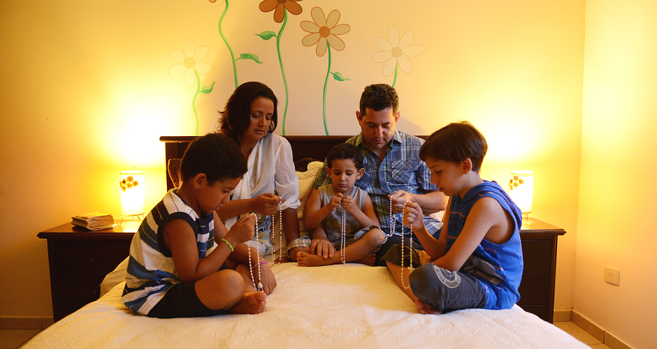 Familia rezando rosario