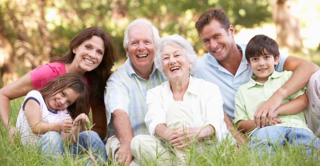 familia-con-abuelos