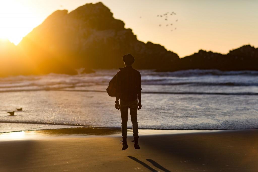hombre-saltando-en-la-playa